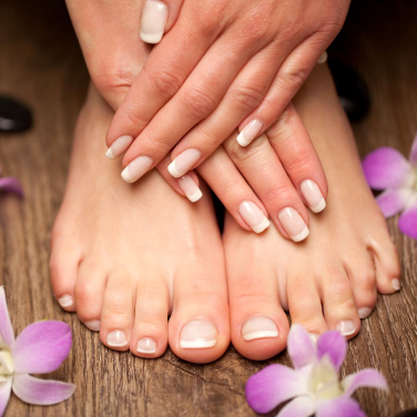 Fötter och händer med manikyr