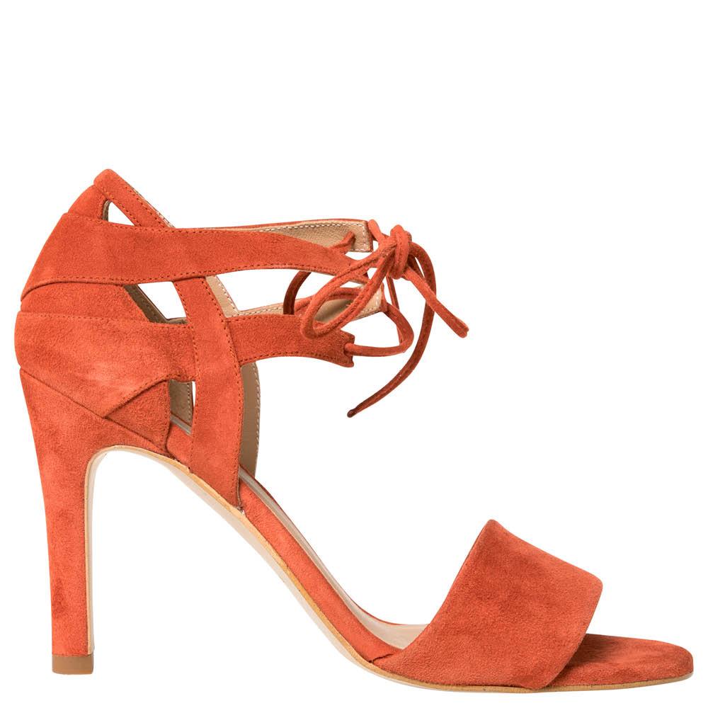 En röd högklackad sko