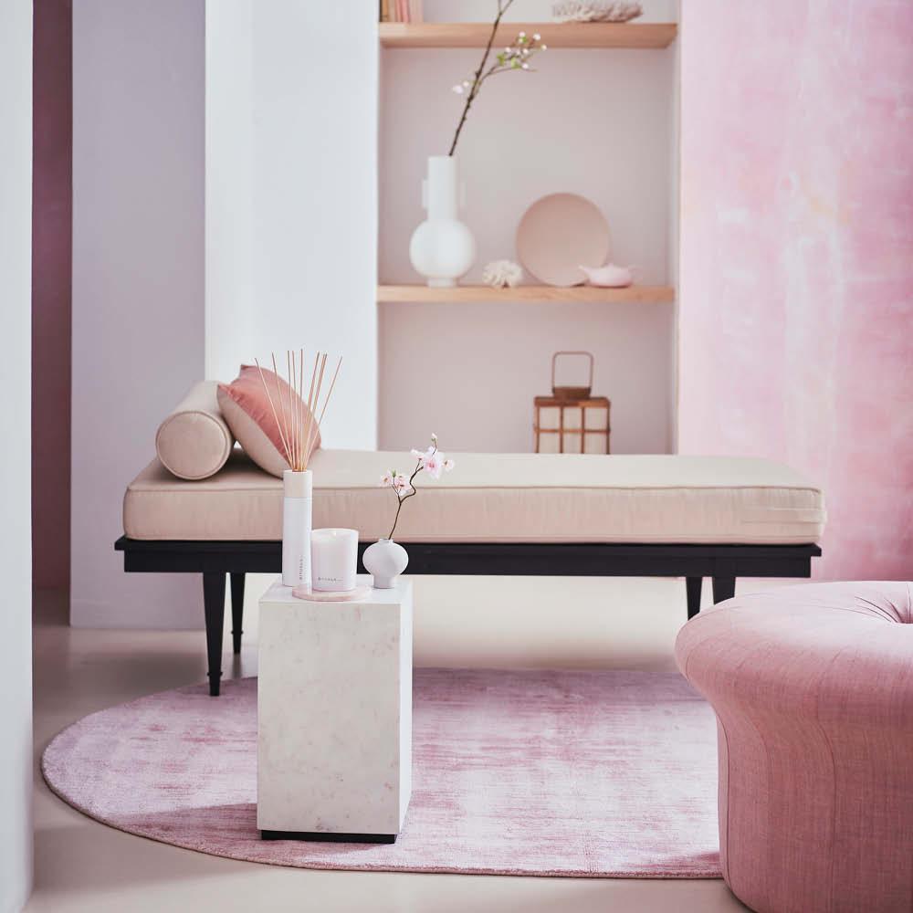 Ett spa-inspirerat rum med rosa inredning