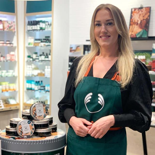Moa Dahlgren, butikschef på The Body Shop i Nacka Forum