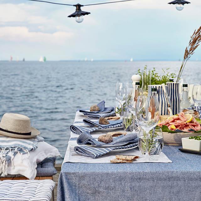 Ett dukat bord vid havet