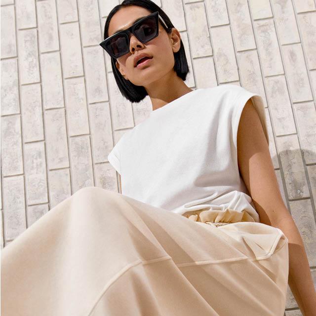 En kvinna med vita kläder från HM