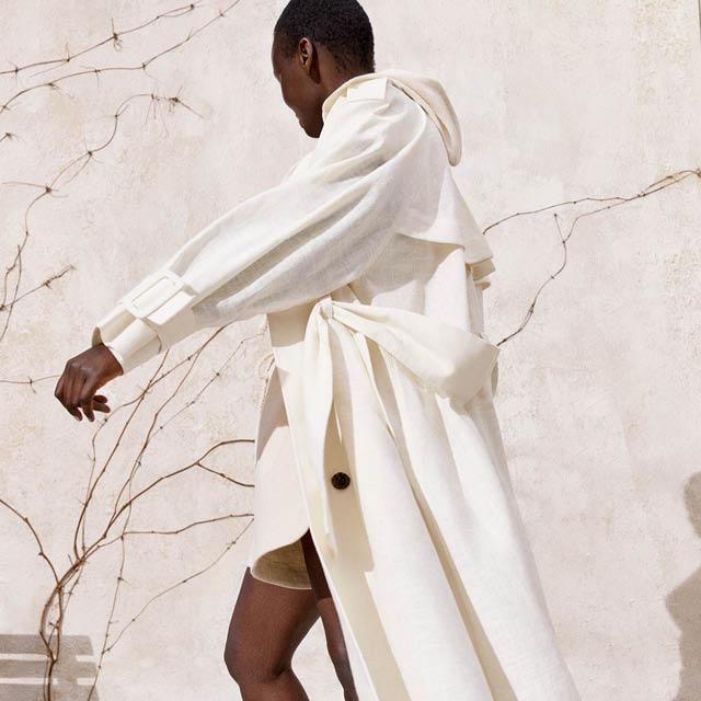 En kvinna med vit kappa