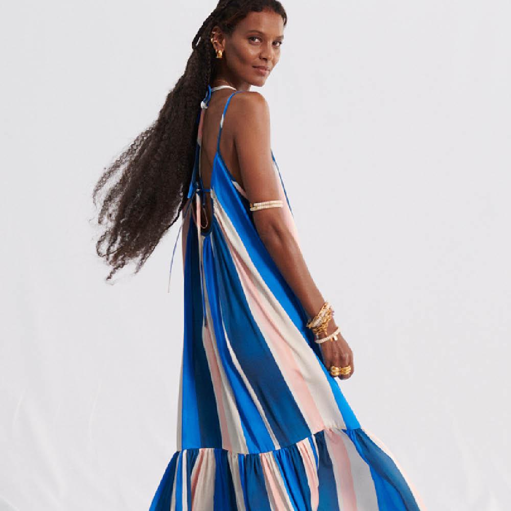 En kvinna med blårandig klänning