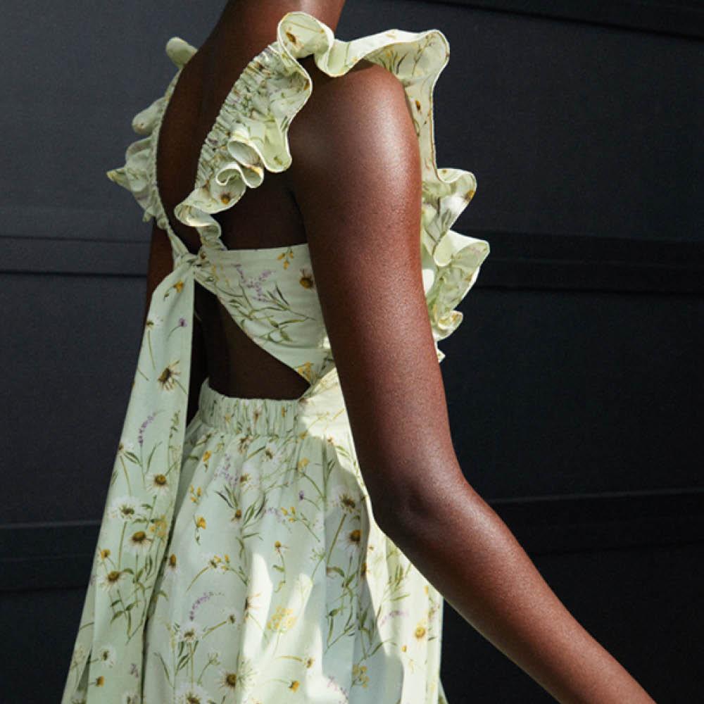 En kvinna i blommig klänning