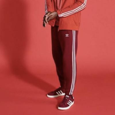Person i röda byxor och skor