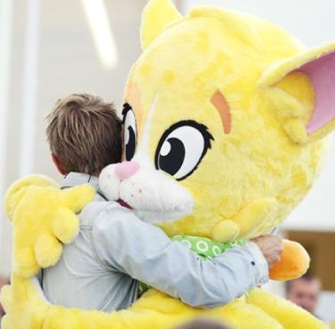 Täbykatten kramar en pojke