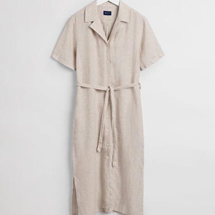 En beige skjortklänning
