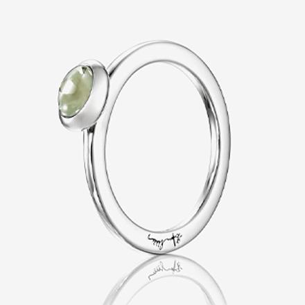 En ring med en grön ädelsten