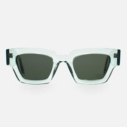 Ett par solglasögon med genomskinliga bågar