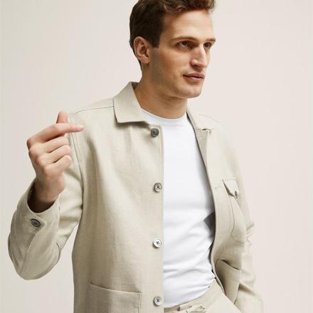 En man i beige overshirt